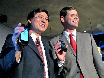 Lenovo+chairman+Yang+Yuanqing+%28left%29+and+president+Rory+Read+pose+with+the+LePhone