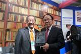 E Ink chairman Scott Liu, left and Hanvon chairman Liu Ying-jian
