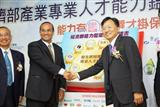 Biing-Jye Lee, chairman of Epistar (right)