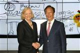 HP CEO Meg Whitman (left) and Foxconn president Terry Guo