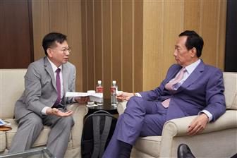 Foxconn founder Terry Gou (right) at a dialogue with Digitimes president Colley Hwang (left).   Photo: Michael Lee, Digitimes, June 2019