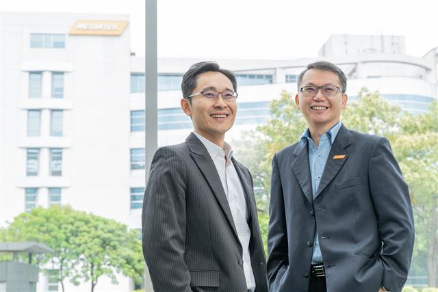 CK Tseng (left), President of Arm Taiwan, and Dr. JC Hsu, Corporate VP and GM of MediaTek's Wireless Communications Business Unit (right)