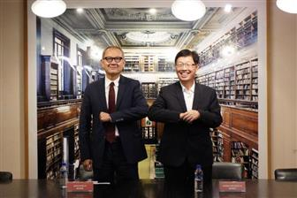 Yageo+chairman+Pierre+Chen+%28left%29+and+Foxconn+chairman+Young+Liu+%28right%29