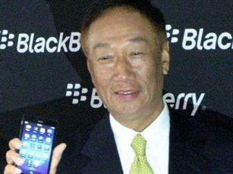 Foxconn+chairman+Terry+Gou+with+a+BlackBerry+Z3