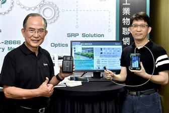 Apacer Technology chairman Chen I-shih (left) and president Chang Chia-kun