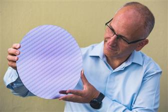 Intel+unveils+eighth%2DGen+mobile+processor+wafer