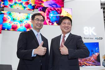 AUO chairman Paul Peng (right)