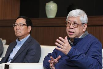 Inventec chairman Tom Cho (right)