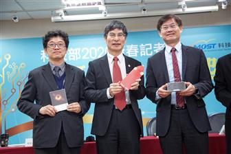 Taiwan's minister of science and technology Liang-gee Chen (center)