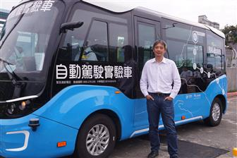 Kingwaytek+Technology+president+San+Huang+and+the+autonomous+vehicle+under+test