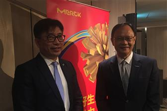 Merck+Taiwan+new+chairman+John+Lee+%28left%29+and+outgoing+chairman+Dick+Hsieh