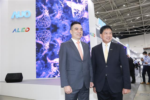 AUO chairman Paul Peng (left) and president Frank Ko (right)